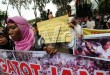 Forum Masyarakat Peduli Sumatera Utara ( FORMAD-SUMUT) berunjukrasa di depan Gedung DPRD Sumut, Medan, Selasa (24/3). Mereka meminta anggota DPRD Sumut agar menggunakan hak politik dengan melakukan hak angket dan hak iterplasi untuk meminta pertanggung jawaban Gubsu atas segala permasalahan yang muncul di Sumut. (WOL Photo/Ega Ibra)