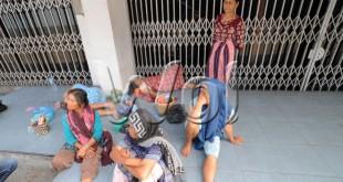 Keluarga salah satu korban tenggelamnya kapal KM Kumala Endah menunggu tim sar yang sedang melakukan pencarian di terminal keberangkatan Pelabuhan Belawan, Medan, Jumat (27/3). Pada pencarian hari keempat, sebanyak 7 ABK kapal KM Kumala Endah belum ditemukan. (WOL Photo/Ega Ibra)