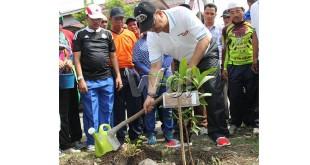 Wali Kota Medan T. Dzulmi Eldin  menanam pohon penghijauan di sepanajang Jalan Amal Luhur Kelurahan Dwikora Kecamatan Medan dalam rangka Milad akbar HIMMIA (WOL Photo)
