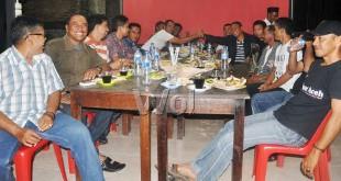 Kanan tengah Dandim Simeulue, Letkol. Kav. Muhammad Syarifudin, SE salam komando saat acara coffer bersama di sebuah warung kopi di Jalan Baru Sinabang, Jum'at (17/4) malam. (WOL Photo)