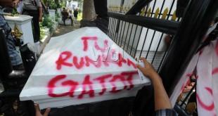 Pendemo yang berasal dari Jaringan Mahasiswa Intelektual Sumatera Utara (JAMINSU) mencoret dinding pagar DPRD Sumut saat aksi dukungan interplasi DPRD Sumut terhadap Gubsu Gatot Pujo Nugroho, Medan, Senin (20/4). Mereka mendukung DPRD Sumut menggunakan hak interplasi terhadap Gubsu, dan mendesak anggota DPRD Sumut yang tidak menggunakan hak interplasinya untuk mengundurkan diri. (WOL Photo/Ega Ibra)