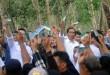 Presiden RI Joko Widodo bersama warga menunjukan Kartu Indonesia Sehat (KIS) saat pembagian KIS di Desa Sei Karang, Deli Serdang, Sumatera Utara, Sabtu (18/4). Dalam kunjungan kerjanya, Jokowi memberikan KIS kepada 516 kepala keluarga yang juga pekerja PTPN III. (WOL Photo/Ega Ibra)