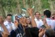 Warga mengangkat Kartu Indonesia Sehat (KIS) usai dibagikan oleh Presiden RI Joko Widodo di Desa Sei Karang, Deli Serdang, Sumatera Utara, Sabtu (18/4). Sebanyak 516 kepala keluarga yang menjadi pekerja di PTPN III menerima KIS. (WOL Photo/Ega Ibra)