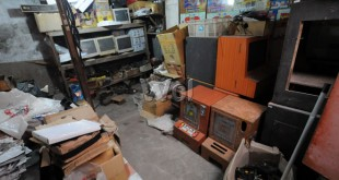 Unit VC/Judisila Sat Reskrim Polresta Medan menggerebek rumah yang dijadikan lokasi pembuatan mesin judi jackpot di Jalan Pukat V, Selasa (21/4). Petugas mengamankan puluhan mesin judi jackpot beserta dua orang tersangka. (WOL Photo/Ega Ibra)