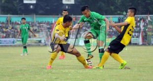 Dua pemain Semen Padang U21 menghadang seorang pemain PSMS saat pertandingan piala Pangdam di Stadion Teladan Medan, Rabu (1/4). Pertandingan berakhir imbang dengan skor akhir 1-1. (WOL Photo/Ega Ibra)