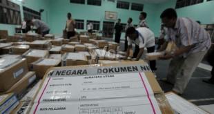 Petugas menyusun tumpukan naskah soal Ujian Nasional (UN) untuk SMU sederajat di kota Medan, Sabtu (11/4). Soal ini di kumpulkan sebelum di distribusikan ke seluruh sekolah SMU sederajat yang ada di kota Medan untuk pelaksanaan UN serentak di seluruh Indonesia yang di mulai hari Senin 13 April mendatang. (WOL Photo/Ega Ibra)