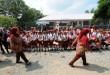 Sejumlah murid Sekolah Dasar (SD) menunggu kehadiran Presiden RI Joko Widodo saat kunjungan kerjanya ke Desa  Sei Karang, Deli Serdang, Sumatera Utara, Sabtu (18/4). Dalam kunjungannya, Presiden RI Joko Widodo membagikan Kartu Indonesia Sehat (KIS) kepada warga Desa Sei Karang. (WOL Photo/Ega Ibra)