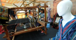 Pengerajin mengerjakan tenunan ulos saat Medan Fashion Culture Festival (MFCF) 2015 di Atrium Center Point Mall Medan, Kamis (24/7). Sebanyak 25 designer ikut berpartisipasi dalam perhelatan tersebut dengan menampilkan berbagai mode busana yang berbahan dasar tenun etnis Sumatera Utara. (WOL Photo/Ega Ibra)