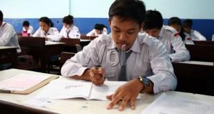 Pelajar mengisi lembar jawaban saat pelaksanaan ujian nasional hari pertama di Medan. Senin (13/4). Ujian nasional akan berlangsung 13-15 April dan serentak di seluruh Indonesia. (WOL Photo/Ega Ibra)