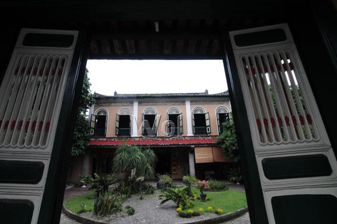 Rumah Tjong A Fie yang menjadi museum dan bangunan cagar budaya nasional   berada di Jalan Ahmad Yani, Medan, Selasa (26/5). Di museum dan bangunan cagar budaya nasional seluas 6000m2 yang berumur lebih dari seabad ini, pengunjung dapat menikmati keindahan arsitektur Cina kuno yang digabungkan dengan nuansa arsitektur gaya Eropa dan Melayu. (WOL Photo/Ega Ibra)