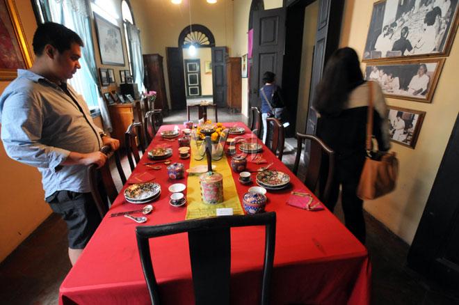 Pengunjung melihat berbagai koleksi barang antik yang berada di Rumah Tjong A Fie di Jalan Ahmad Yani, Medan, Selasa (26/5). Di museum dan bangunan cagar budaya nasional seluas 6000m2 yang berumur lebih dari seabad ini, pengunjung dapat menikmati keindahan arsitektur Cina kuno yang digabungkan dengan nuansa arsitektur gaya Eropa dan Melayu. (WOL Photo/Ega Ibra)