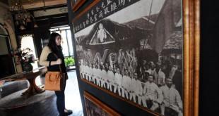 Pengunjung memperhatikan foto-foto yang berada di Rumah tjong A Fie, Jalan Ahmad Yani Medan, Selasa (26/5). Di rumah peninggalan Tjong A Fie ini pengunjung dapat melihat gallery foto tempo dulu, serta melihat berbagai jenis barang antik yang ada. (WOL Photo/Ega Ibra)