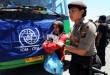 Petugas kepolisian membantu seorang imigran etnis Rohingya saat tiba di penampungan sementara Wisma Keluarga, Jalan Medan - Binjai KM 12.5, Senin (17/5). Sebanyak 43 orang imigran etnis Rohingya di pindahkan dari penampungan sementara Pangkalan Susu ke Penampungan sementara Wisma Keluarga dibawah pengawasan kantor imigrasi kelas I khusus Medan. (WOL Photo/Ega Ibra)