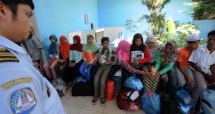 Sejumlah imigran asal Rohingya dikumpulkan saat tiba di penampungan sementara Wisma Keluarga, Binjai KM 12.7, Senin (17/5). Sebanyak 96 imigran asal Bangladesh dan Rohingya dipindahkan dari penampungan sementara pangkalan susu dibawah pengawasan kantor imigrasi kelas I khusus Medan. (WOL Photo/Ega Ibra)