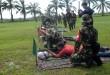 Seorang jurnalis di dampingi instruktur menembak yang berasal dari TNI bersiap untuk melakukan latihan tembak saat Latihan Menembak Senapan Panjang dengan Insan Pers di Yonif 100/Raider Namu Sira-sira, Binjai, Rabu(6/5). Kegiatan ini bertujuan sebagai wadah silaturahmi antara insan pers dan TNI. (WOL Photo/Ega Ibra)