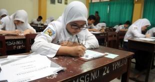 Seorang murid SMP mengerjakan soal UN pada hari pertama pelaksanaan UN, Medan, Senin (4/5). Siswa SMP di seluruh Indonesia serentak melaksanakan UN hari ini dengan mata pelajaran Bahasa Indonesia. (WOL Photo/Ega Ibra)