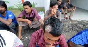 Sejumlah imigran duduk di depan kamarnya yang berada di penampungan sementara imigran asal Bangladesh dan etnis Rohingya yang berada di Hotel Beraspati Medan, Kamis (21/5). Sebanyak 96 orang imigran ditempatkan sementara  sambil menunggu proses dari pihak imigrasi. (WOL Photo/Ega Ibra)