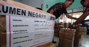 Petugas menyusun tumpukan naskah soal UN untuk SMP, Medan, Sabtu (2/5). UN untuk SMP akan di laksanakan serentak mulai tanggal 4-7 Mei di seluruh Indonesia. (WOL Photo/Ega Ibra)