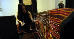 Pengunjung melihat koleksi kain tenun ulos di Sumatera Loom Gallery jalan Sultan Hasanuddin, Medan, Selasa (26/5). Di tempat ini pengunjung dapat melihat berbagai jenis kain tenun ulos khas Sumatera. (WOL Photo/Ega Ibra)