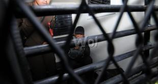 Terpidana korupsi pengadaan flame tube pembangkit listrik Belawan, Ermawan Arif Budiman duduk di mobil tahanan saat akan dibawa ke Lapas Dewasa Klas IA Tanjung Gusta, Medan, Selasa (5/5). Setelah melakukan proses administrasi, Ermawan langsung dibawa ke Lapas Dewasa Klas IA Tanjung Gusta untuk menjalani penahanan. (WOL Photo/Ega Ibra)