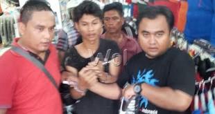 Dua petugas Polsek Medan Kota mengamankan tersangka pencuri sepatu dan barang buktinya dari salah satu toko di Jalan Utama, Medan, Senin (11/5), setelah kepergok membawa sepatu tanpa membayar.(WOL Photo)