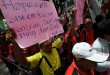 Seorang pengunjukrasa yang berasal dari Konsolidasi Gerakan Rakyat Sumatera Utara mengangkat spanduk yang memprotes sistem kerja kontrak saat berorasi di depan Gedung DPRD Sumut, Medan, Jumat (1/5). Mereka menuntut agar pemerintah menghapuskan sistem kerja kontrak, politik upah murah dan menolak pasar bebas karena akan menyengsarakan para buruh. (WOL Photo/Ega Ibra)