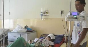 Darliana (45) menderita tumor ganas yang telah menutupi hampir keseluruhan bagian wajah dan dadanya tampak terkulai lemas di ruangan RSU Simeulue, Rabu (24/6). (Waspada)
