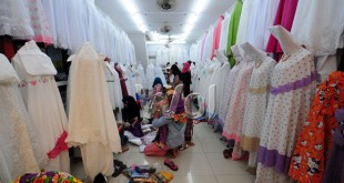 Pedagang menyusun mukena dagangannya di Pajak Ikan Lama, Medan, Senin (29/6). Jelang lebaran penjualan mukena meningkat untuk kebutuhan Idul Fitri. (WOL Photo/Ega Ibra)