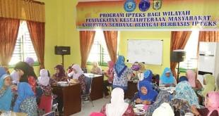 Puluhan ibu-ibu mengikuti pelatihan kerajian di hari pertama Iptek Bagi Wilayah (IBW) kerjasama Unimed, UMA dan Pemkab Sergai di aula kantor Bappeda Sergai, Selasa (9/6). Istimewa
