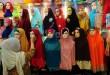 Penjual menyusun koleksi jilbab yang akan dijual di Pasar Petisah, Medan, Senin (6/7). Jelang lebaran penjualan jilbab mengalami kenaikan sekitar 50% dari hari biasanya. (WOL Photo/Ega Ibra)