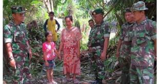 Dandim Simeulue Letkol  Kav. Syarifudin, SE meninjau salah satu lokasi pembangunan jamban gratis bagi masyarakat miskin di Simeulue. (Waspada)