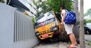 Sebuah mobil truk pengangkut sampah milik Dinas Kebersihan Kota Medan mengalami kecelakaan di Jalan Iskandar Muda, Medan, Selasa (28/7). Diduga supir yang belum mahir mengemudi menyebabkan truk naik keatas trotoar dan menabrak pagar sebuah klinik. (WOL Photo/Ega Ibra)