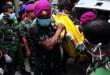 Personil TNI mengangkat kantung jenazah yang berisi korban Hercules C 130 yang berhasil dievakuasi saat tiba di Kamar Jenazah Rumah Sakit Adam Malik, Medan (30/6). Petugas terus melakukan evakuasi terhadap korban jatuhnya Hercules C 130 hingga malam ini. (WOL Photo/Ega Ibra)