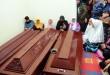 Keluarga korban menangis saat tiga dari empat jenazah korban Pesawat Hercules C-130 yang jatuh tiba di rumah duka Jalan Rajawali, Medan, Kamis (2/7). Empat orang yang menjadi korban adalah istri dari Pelda Suhrizal, Atiah Rustiati beserta tiga orang anaknya Arika LH, Melita Dwi A dan Jufansyah AR. (WOL Photo/Ega Ibra)