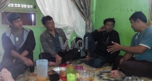 Keterangan foto: dari kiri ke kanan Roy (APPB), Hendra (Beidar), Iwan (APPB) dan Hasan (Beidar). Ke empat relawan ini tengah mendiskusikan kondisi terbaru gunung Sinabung di Desa Perbaji.(WOL Photo/Mrz)