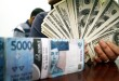 Petugas penukaran uang menunjukan mata uang Dolar AS dan Rupiah, Medan, Rabu (26/8). Nilai tukar mata uang Dolar AS Rp 14.171 hingga sore ini. (WOL Photo/Ega Ibra)