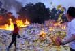 Warga suku Tionghoa melemparkan kertas sembahyang saat melaksanakan prosesi Sembahyang Leluhur di Vihara Gunung Timur, Medan, Jumat 28/8). Prosesi sembahyang leluhur diadakan setiap tanggal 15 bulan ketujuh dalam penanggalan kalender Tiongkok untuk mengirimkan doa kepada arwah para leluhur. (Wol Photo/Ega Ibra)