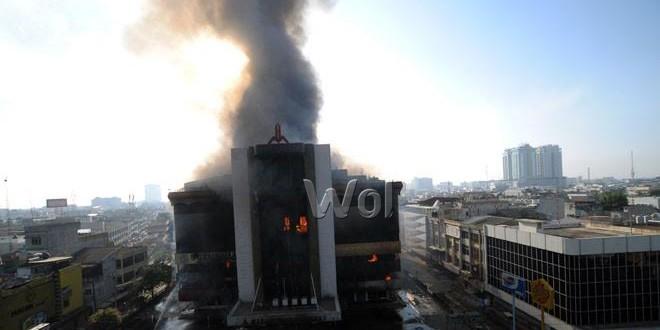 Kebakaran gedung Medan Plaza Centre, Sabtu (22/8). menghanguskan satu unit bangunan salah satu plaza tertua di kota Medan. (WOL Photo/Ega Ibra)