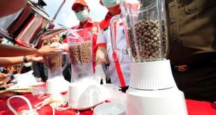Petugas memusnahkan barang bukti narkoba di Lapangan Benteng, Medan, Selasa (4/8). Sebanyak 20.230 butir pil ekstasi, satu kilogram sabu-sabu dan 733 kg ganja di musnahkan. (WOL Photo/Ega Ibra)