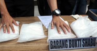 Petugas kepolisian menunjukan sabu-sabu yang berhasil diamankan saat gelar kasus di Polresta, Medan, Selasa (4/8). Polisi berhasil mengamankan tiga orang tersangka dan enam kilogram sabu-sabu asal Malaysia. (WOL Photo/Ega Ibra)