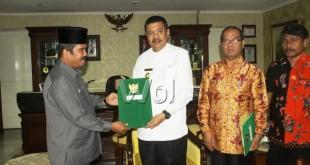 Plt Gubsu menyerahkan surat tugas kepada Sekda, Ali Usman Harahap, menjadi Plh Bupati Labuhan Batu.