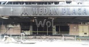 Gedung Medan Plaza (foto  pada bagian belakang) selesai diperiksa Tim Labfor Polri Cabang Medan, Rabu (26/8)/ WOL Photo/Gacok