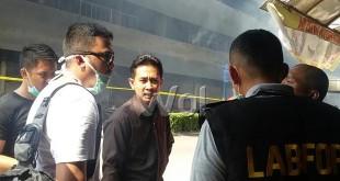Kanit Reskrim Polsek Medan Baru (pakai kaos putih dan mengenakan kaca mata hitam ) sedang berbicara dengan satpam Medan Plaza di lokasi kejadian, Sabtu (22/8)/WOL Photo/Gacok