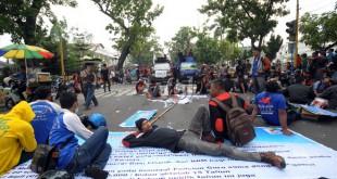 Buruh Federasi Serikat Pekerja Metal Indonesia (FSPMI) berorasi didepan kantor Gubernur Sumatera Utara, Medan, Selasa (1/9). Seluruh persatuan buruh di Indonesia hari ini menggelar unjukrasa menuntut pemerintah untuk mensejahterakan kehidupan para buruh. (WOL Photo/Ega Ibra)