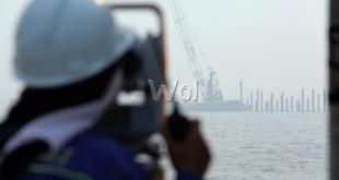 Pekerja melakukan proses pembangunan Pelabuhan Multi Purpose Kuala Tanjung milik PT Pelindo I, Batubara, Sumatera Utara (11/9). Pembangunan yang dimulai sejak Mei 2015 ditargetkan selesai pada akhir 2016 dan dijadwalkan mulai beroperasi pada semester pertama 2017. (WOL Photo/Ega Ibra)