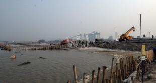 Sejumlah alat berat melakukan proses pembangunan Pelabuhan Multi Purpose Kuala Tanjung milik PT Pelindo I, Batubara, Sumatera Utara (11/9). Proses pembangunan sudah mencapai 15 persen meliputi pemasangan tiang pancang menuju dermaga yang direncanakan sejauh 2,7 km. (WOL Photo/Ega Ibra)