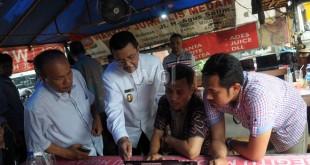 PLT Gubernur Sumut Tengku Erry Nuradi saat mengunjungi Warkop Jurnalis, Medan, Jumat (4/9). Kunjungan ini bertujuan untuk mempererat tali silaturahmi antara awak media dan Pemerintah Provinsi Sumatera Utara. (WOL Photo/Ega Ibra)