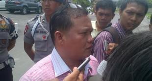 Mantan anggota DPRD Sumut dari PBR, Abu Bokar Tombak saat memberikan keterangan kepada wartawan usai menjalani pemeriksaan KPK di Mako Brimob Poldasu, Senin (14/9). (foto: Istimewa)