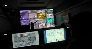 Petugas Area Traffic Control System (ATCS) menunjukan persimpangan yang diawasi oleh kamera CCTV, Medan, Rabu (7/10). Sebanyak 60 kamera CCTV milik ATCS dipakai untuk mengawasi 51 persimpangan rawan kemacetan di Kota Medan. (WOL Photo/Ega Ibra)