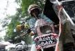 Hendri, mengemudikan becak motor bermotif batik miliknya di kawasan Jalan Cik Dititro, Medan, Jumat (2/10). Sebagai bentuk kecintaanya pada batik, Hendri selalu mengenakan baju batik setiap mengemudikan becaknya dan mencat becaknya dengan motif batik. (WOL Photo/Ega Ibra)